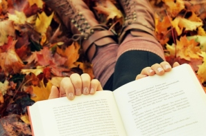 autum-fall-indie-hipster-books-leafs-autumn-leaves-reading-cute-boots